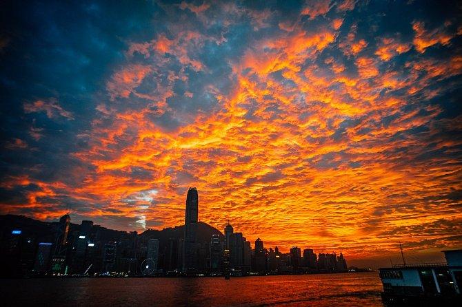 V Číně právě začíná jaro a lidé tráví podvečery stále častěji venku. Nedávno si při pohledu z přístavu Victoria Harbour užili nádhernou podívanou na Hong Kong při západu slunce.