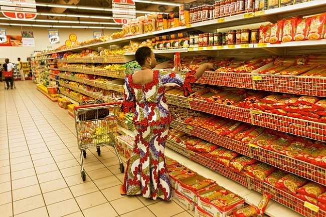 Zákaznice zkoumá police spotravinami vprodejně jihoafrického řetězce Shoprite vobchodním centru Ikeja City Mall postaveném před třemi lety.