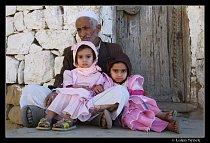 Dědeček s vnučkami v burské vesnici, jejich otec pracuje v Egyptě.
