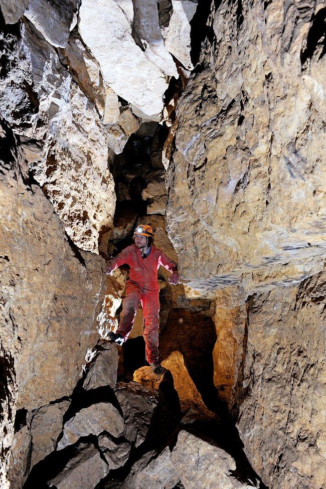 Jeskyně U Rozhraní je nejdelší rozsedlinovou jeskyní.