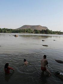 Osvěžení v Nilu pod horou Džebel Rauwiján, pohoří Sabaloka, výzkumy ČEgÚ.
