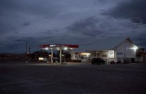 Zářivky osvětlují čerpací stanici v Silver Springs v Nevadě.