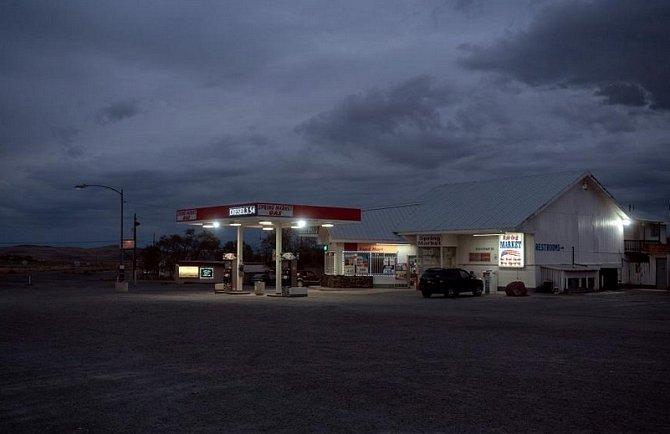 Zářivky osvětlují čerpací stanici vSilver Springs vNevadě.