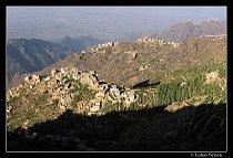 Nejen v pohoří Bura stojí jemenské vesnice na hřebenech či vrcholcích hor.