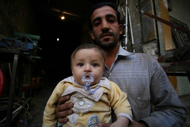 Otec se svým dítětem ve svém obchodu už dlouho nic neprodal. Z Aleppa už utekly desetitisíce lidí. Statisíce lidí, kteří zůstali, se snaží přežít.