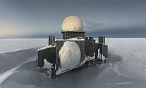Na Grónském ledovci je i pár míst svědčících o známkách obydlení. Měl jsem štěstí, že jsem našel opuštěnou radarovou stanici, jako je tato, zasypanou pod vrstvou sněhu.