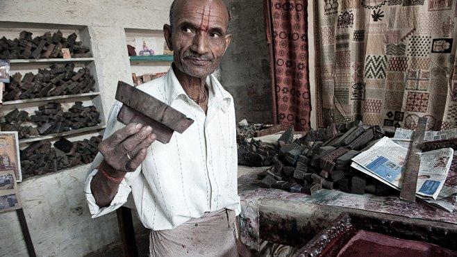 Jak vznikají barevné indické látky? Ručně a funguje to už skoro tisíc let