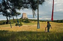 Devítiletý Wakinyan Two Bulls věší modlitební praporky na strom nedaleko Mato Tipila neboli Ďáblovy věže ve Wyomingu. Příběh duchovního založení Oglalů a jejich boje za nápravu starých křivd daleko př