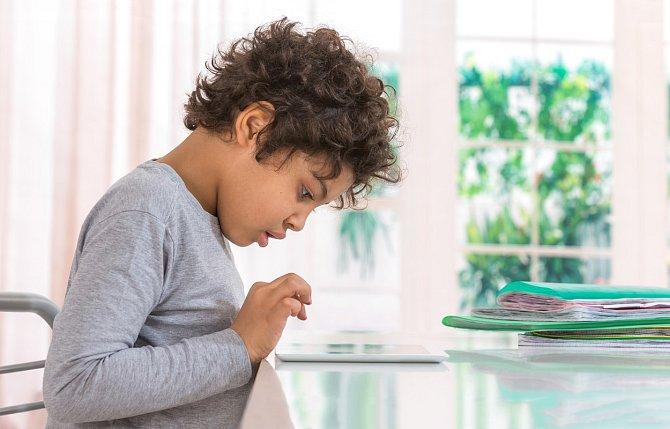 Sezení nahradilo pohyb a výsledkem je, že asi 20 % českých dětí trpí nadváhou, z toho 10 % dokonce obezitou.