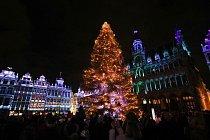 V Bruselu na náměstí Grande-Place doprovází vánoční trhy zvuková a světelná show.