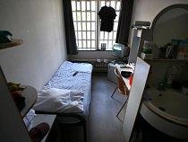 """Vězeň z holandského Norgerhavenu má na cele postel, nábytek, lednici, televizi i koupelnu. Kriminalita v zemi je tak nízká, že se Holandsko dohodlo v roce 2015 s Norskem a část Norů si tak odpykává trestu u """"sousedů""""."""
