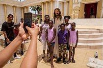 Návštěvníci parku Holy Land Experience (Zážitek ze Svaté země) se fotografují s Jobem před třetinovou replikou starověkého chrámu krále Heroda.
