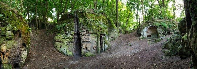 Do skály vytesaná obydlí ve skalním městečku vokolí středověkého hradu Valečova.