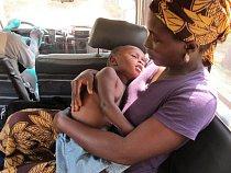Malý chlapec se závažnou malárií a chudokrevností je převážen do nemocnice Lékařů bez hranic v Gondamě. (Foto © Niklas Bergstrand/MSF)