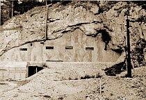 Zazděný vchod na konci 2. světové války.