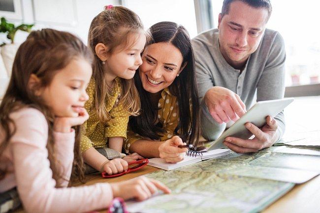Vyberte si z široké nabídky aktivit s dětmi. Kromě hradů a zámků můžete vybírat mezi dinoparky, ZOO a dalšími atrakcemi.
