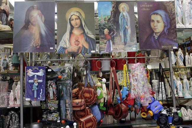 Každý obchod prodává lurdské suvenýry - figurky Panny Marie, tašky potištěné Pannou Marii, modely jeskyně kde se stal zázrak, kostela, kam se chodite modlit...
