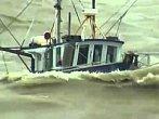 Neskutečné záběry: Rybářské lodě na rozbouřeném moři