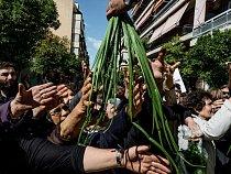 """Příslušníci neonacistické strany Zlatý úsvit rozdávají cibuli azeleninu obyvatelům Athén, kteří mohou prokázat svou řeckou národnost. Jsou to příděly, jimž se říká """"vývařovna nenávisti""""."""