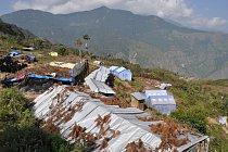 Humanitární pomoc bývá často doručována do špatně dostupných lokalit ve vysokohorských oblastech. Vesnice Selang.