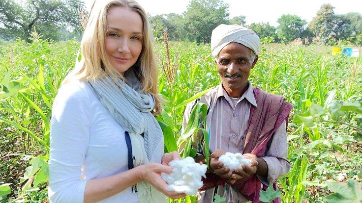 Bavlna se ve světě pěstuje pouze na 2,4 % orné půdy, přesto má na svědomí 24 % celosvětové spotřeby insekticidů a 11 % spotřeby pesticidů.