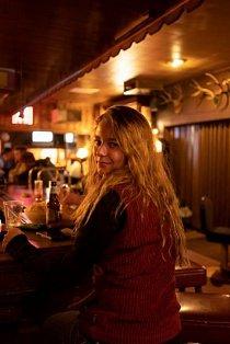 """Clarissa Wambeke si dala pití v Owl Club Bar & Steakhouse ve městečku Eureka v Nevadě. """"Mám ráda zdejší odlehlost, ale není to tady opuštěné, protože jsme malé město,"""" říká."""