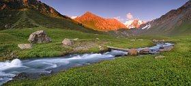 Pohoří Terskej Alatau, jehož zeleň je v Kyrgyzstánu vzácná. Téměř všude zemi totiž pokrývají stepi.