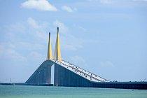 Sunshie Skyway Bridge, Florida, USA: Zajímavě klenutý most v zátoce Tampa, který příliš často přitahuje sebevrahy.