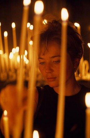 Americká návštěvnice zapaluje v katedrále svíčku v roce 1968.