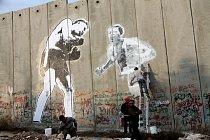 Izraelská bezpečnostní bariéra se staví od roku 2003 a po dokončení by celková délka měla dosáhnout asi 760 km. Její zastánci tvrdí, že bariéra chrání izraelské civilisty před terorismem. Odpůrci namí