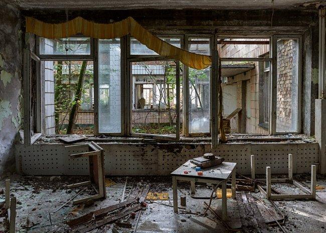 Kdysi vzorové sovětské město Pripjať s téměř 50000 obyvatel se pomalu rozpadá, stejně jako dalších přibližně 200 vesnic v zakázané zóně.