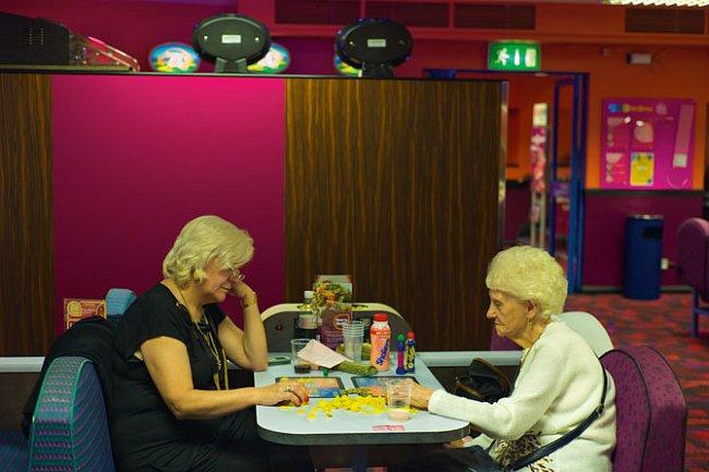 Starší generace dává přednost klubům Mecca Bingo v Hackney, kde vás pinta piva, kterou si dáte, než vyvolají vaše čísla, přijde na dvě libry. Většina částí východního Londýna figuruje na spodním konci
