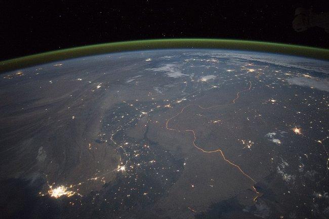 Karáčí na fotografii vidíte jako jasný shluk světel na břehu Arabského moře, které se jeví jako temně černé. V tmavých křivkách údolí Indu problikávají světla měst.