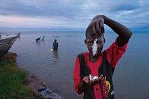 Zdroje této oblasti odčerpává stále víc hladových lidí. Na ugandské straně Albertova jezera stoupl od 60. let 20. století počet rybářských lodí ze 760 na 6000. Velké ryby už v jezeře téměř vyhynuly…FO