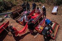 Během festivalu Ma´nene jsou nebožtíci vykopáni, obdivováni milovanými a oblečeni do nových šatů.