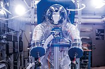 NASA používá simulátor kosmického skafandru částečně vyrobený z 3D vytištěných forem, aby otestovala konstrukci přenosných systémů na udržení životních funkcí.