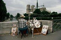 Umělec hledí na Notre Dame z Pont de l'Archevêché (most Arcibiskupství).