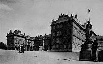 Královský palác na pražských Hradčanech. Dne 23. května 1618 shromáždění šlechtici vyhodili z oken české dvorské kanceláře dva místodržící, kteří byli usvědčeni ze zrady české věci. Byl to první z čin