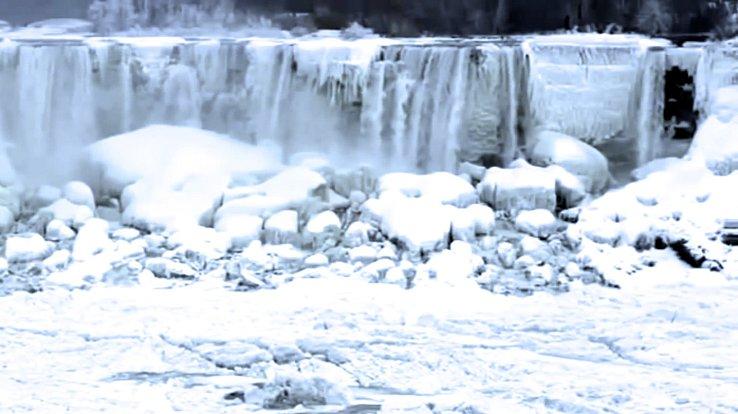 Extrémní mrazy způsobily, že ze slavných vodopádů jsou rampouchy.