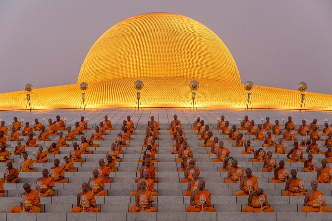 Tisíce mnichů zapálilo obřadně svíčku a společně se pomodlilo v chrámu Wat Phra Dhammakaya v Thajsku na oslavu jednoho z nejvýznamějších buddhistických svátků Magha Puja Day, který si lidé připomínají od roku 1851.