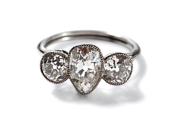 Platinový prsten s diamanty byl nalezen v kožené tobolce. Takovými šperky se ženy zdobily při noblesních společenských událostech na lodi.