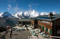 Edelweißhütte – horská chata na nejvyšším místě silnice 2571 m. Nabízí pohled na 37 vrcholů vyšších než 3 000 m a 19 ledovců. Malá restaurace zde byla postavena v roce 1935 manželi Ledererovými. V té