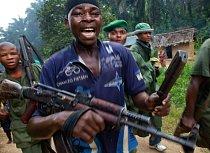 V konžské provincii Severní Kivu vládne právo silnějšího a konflikty jsou zde na denním pořádku. U jedné z cest uplatňuje svou sílu jedna z mnoha místních milicí, Mai Mai Kifuaafua. Ozbrojenci vymáhaj