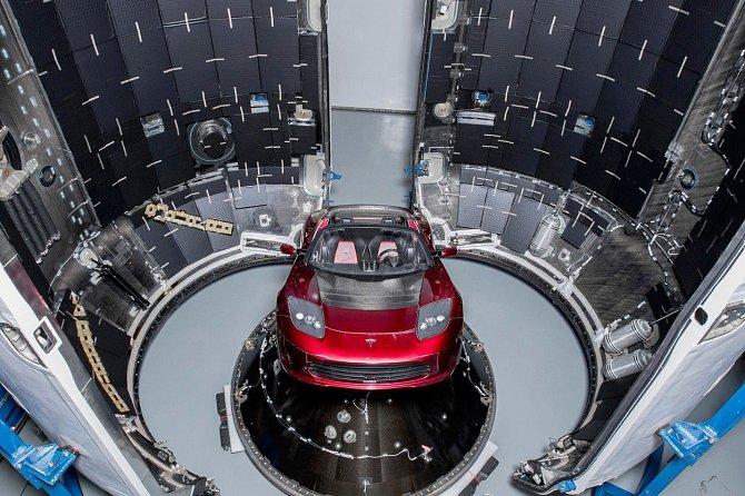 Elon Musk poslal do vesmíru sporťák Tesla Roadster.
