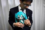 Akihiko Kondo a panenka virutální hvězdy Hatsune Miku.