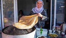 Drúzská žena připravuje obří pita placku.