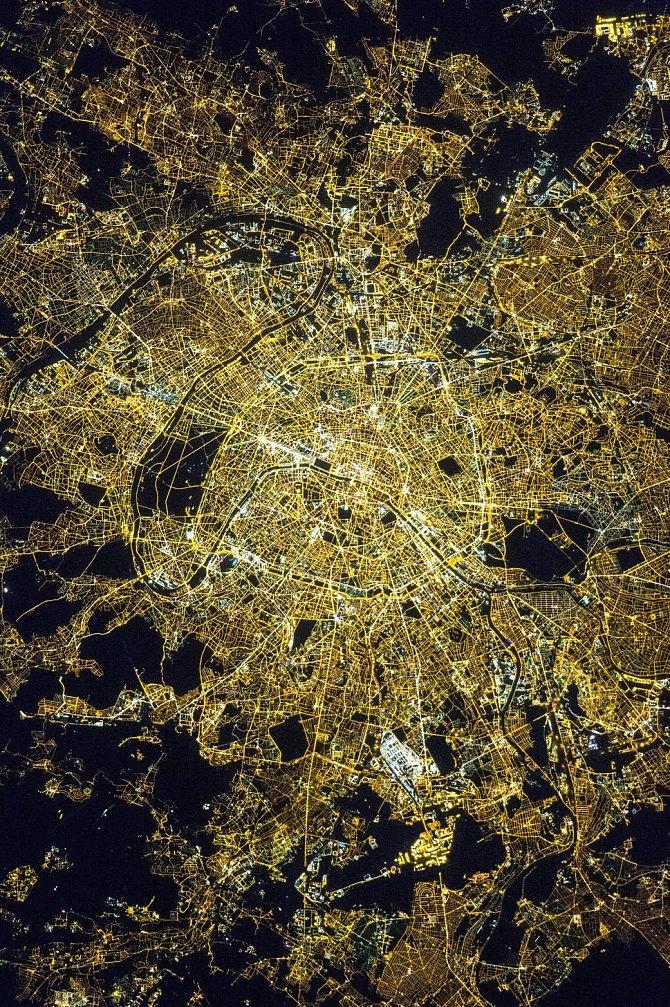 Půlnoční Paříž dává vyniknout osvětleným ulicím a především bulváru Champs-Élysées, historické ose města pocházející ze 17. století.