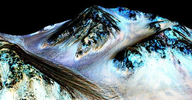 Zatím není jasné, odkud se tekoucí voda na Marsu bere. Jednou z možností je, že na sebe sůl váže vodu z atmosféry.