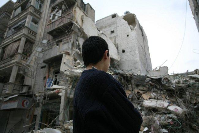 Hoch z Aleppa obhlíží rozbombardovanou nemocnici ve čtvrti Al Shaar v Aleppu.