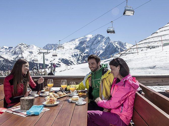 Neobvykle strávené ráno můžete zažít díky originální iniciativě Trentino Ski Sunrise, kterou si milovníci lyžování idobrého jídla nemohou vynachválit. Originálně totiž tyto dvě vášně spojuje.